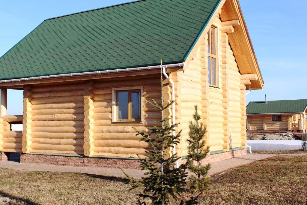 Сруб дома 7х8 с верандой крест-накрест, с двухскатной крышей и балконом