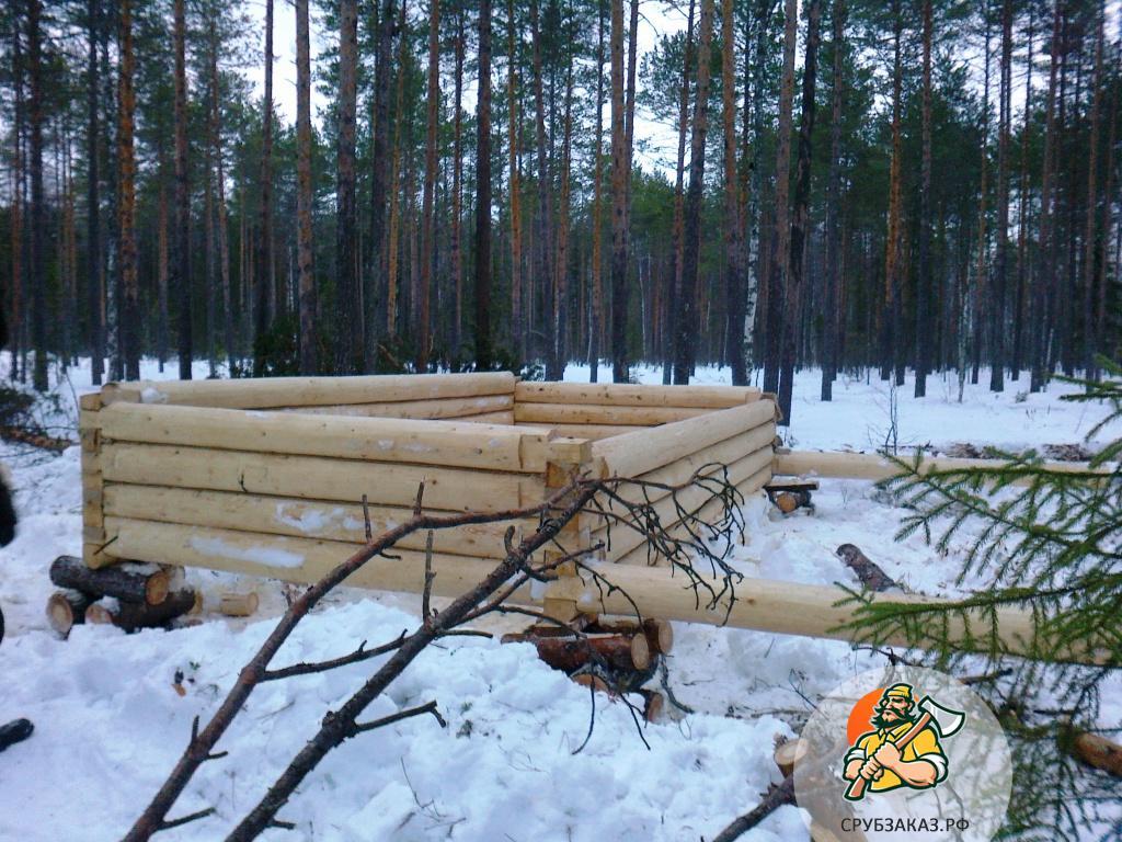Небольшой лесной домик 3х4 из бревна с верандой, рубка в лапу