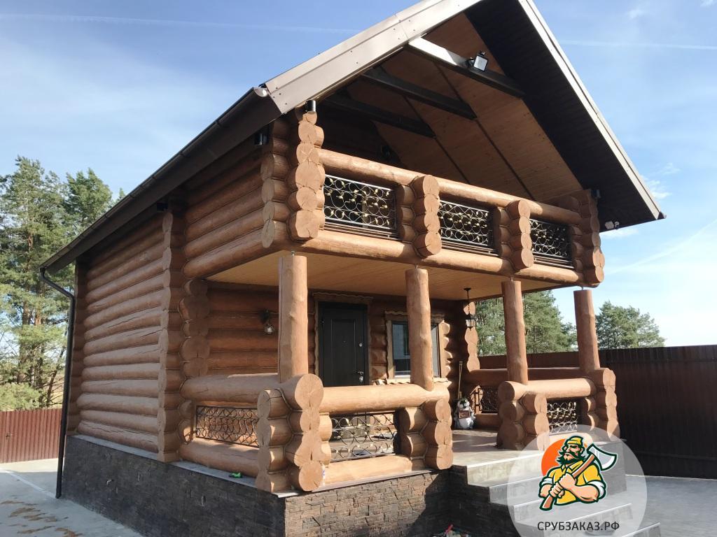 Очень интересный сруб дома из бревна ручной рубки 9х6 с террасой и балконом, рубка в чашу