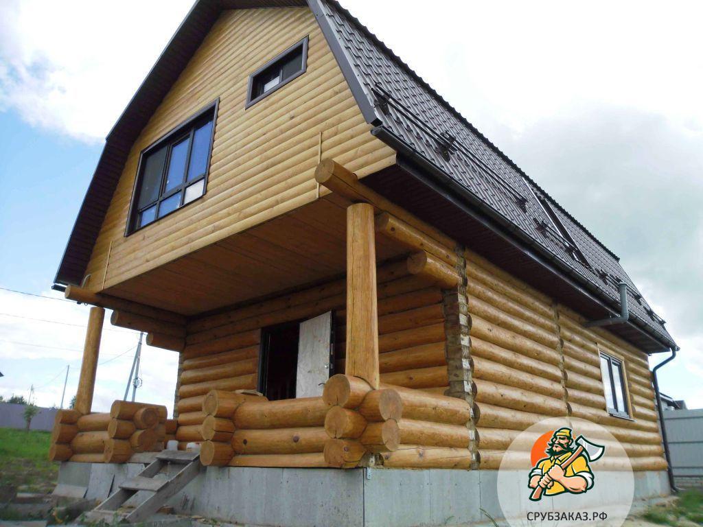 Сруб дома с мансардной ломаной крышей, жилая мансарда. Рубка в лапу, веранда выложена крест-накреcт в чашу
