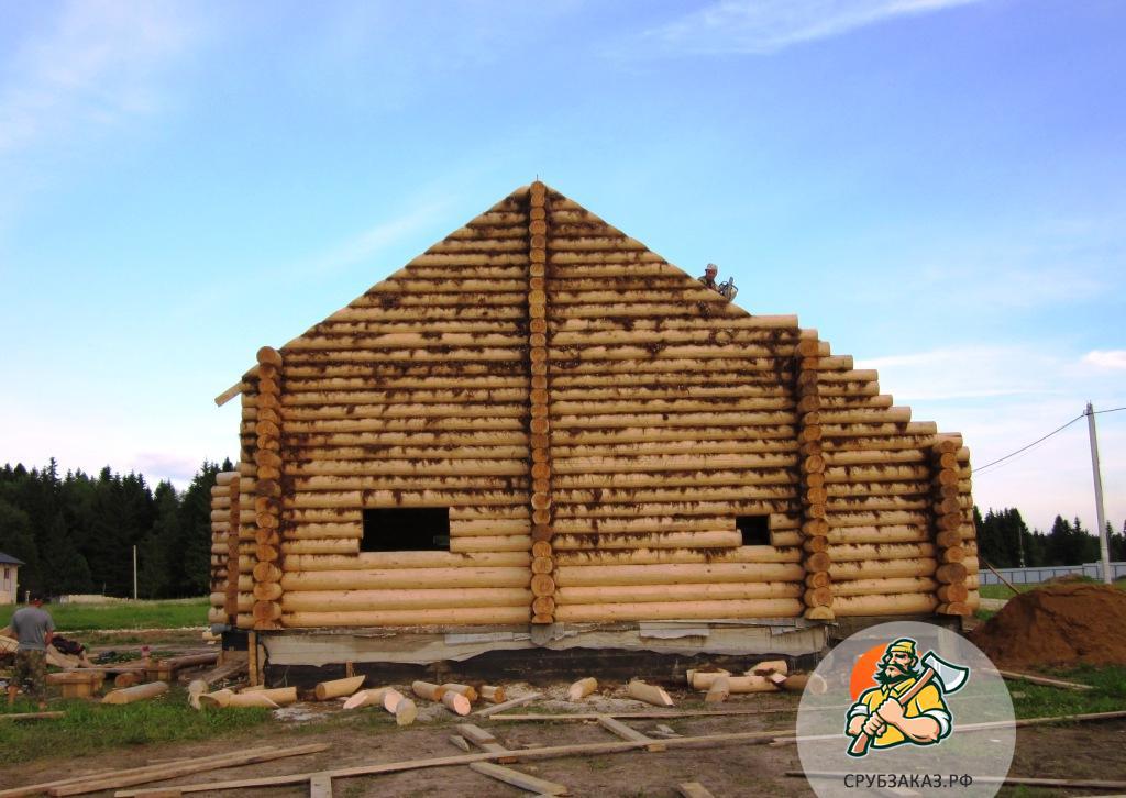 Сруб просторного дома 12,5х12,5 с высокой скатной крышей, рубка в чашу