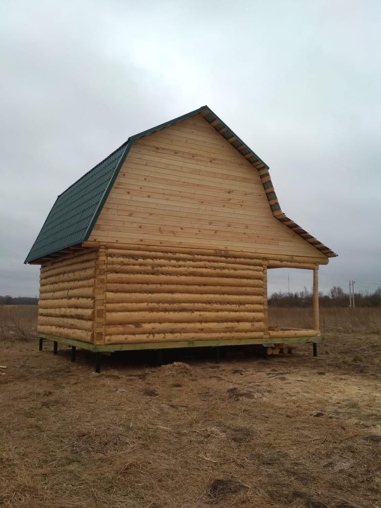 Двухэтажный дом со скатной крышей и открытой террасой